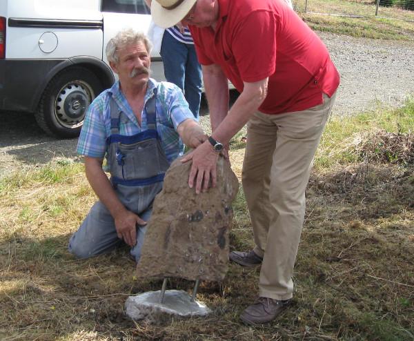 Beim Einsetzen des Steins